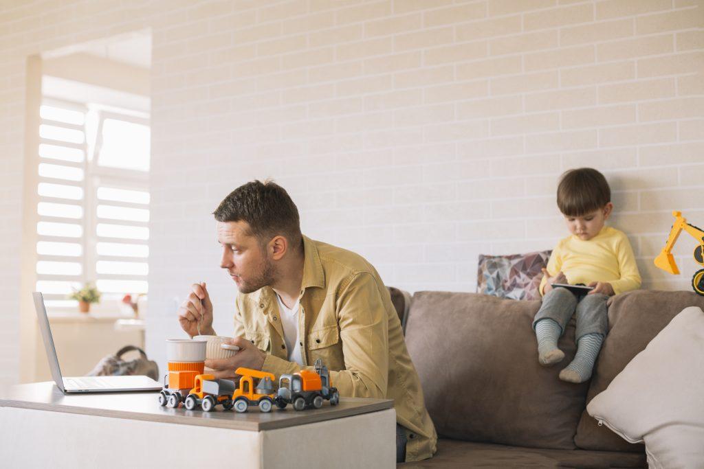 parent-en-télétravail-avec-les-enfants